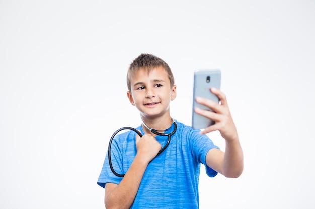 Menino, com, estetoscópio, levando, selfie, com, smartphone