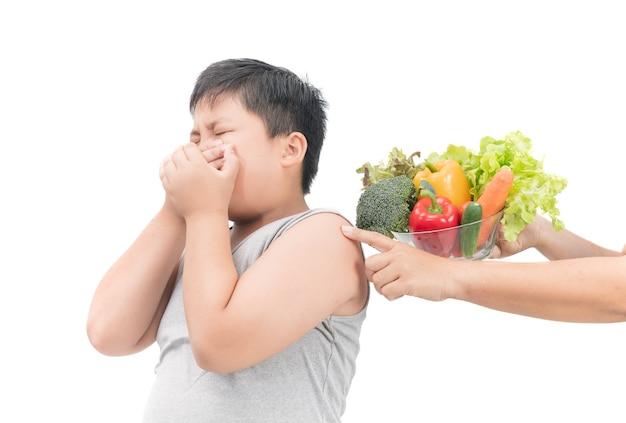 Menino, com, expressão, de, nojo, contra, legumes