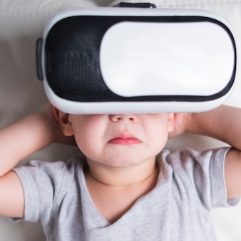 Menino com fone de ouvido de realidade virtual