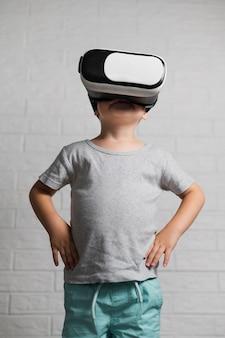 Menino com fone de ouvido virtual em casa