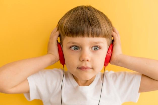 Menino com fones de ouvido istening música