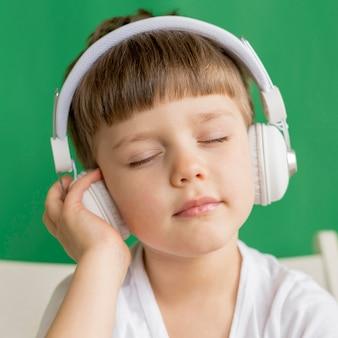 Menino com fones de ouvido