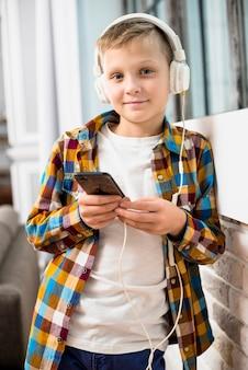 Menino, com, fones, usando, smartphone