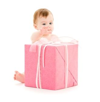Menino com grande caixa de presente