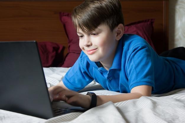Menino com laptop aprendendo on-line. quarentena. lição on-line em casa, distância social, conceito de educação on-line