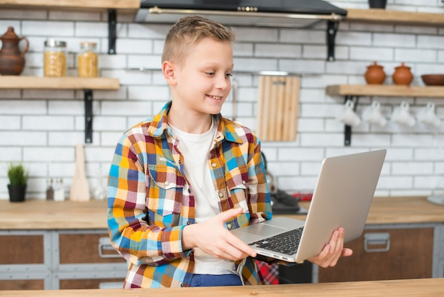 Menino, com, laptop, em, cozinha