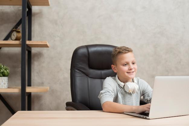 Menino, com, laptop, em, escritório