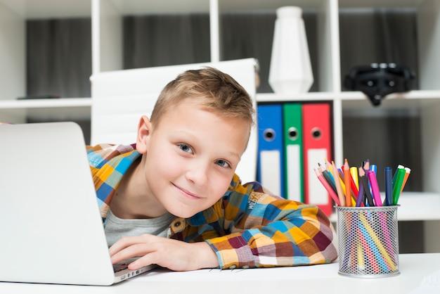Menino, com, laptop, escrivaninha