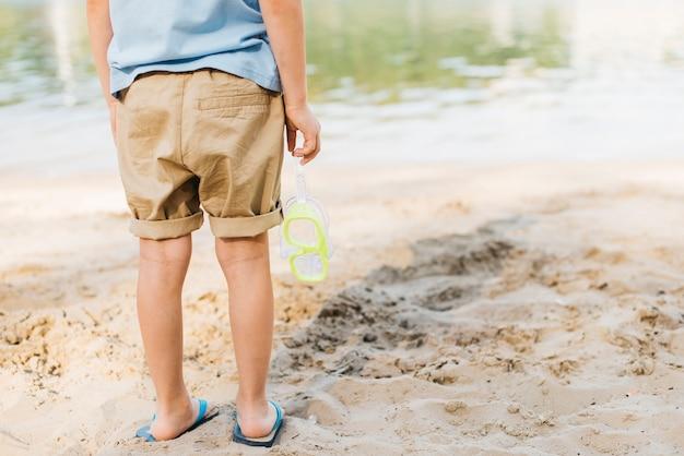 Menino, com, óculos proteção, olhar água