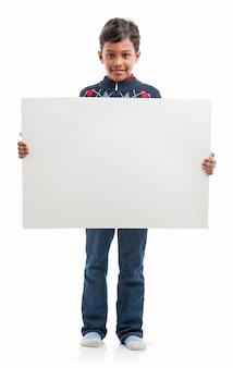 Menino com placa em branco