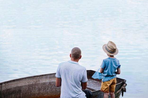 Menino, com, seu, pai, pesca, ligado, lago