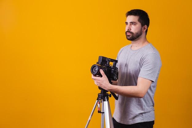 Menino com uma câmera cinematográfica. diretor de cinema