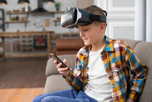 Menino, com, vr, headset, e, smartphone