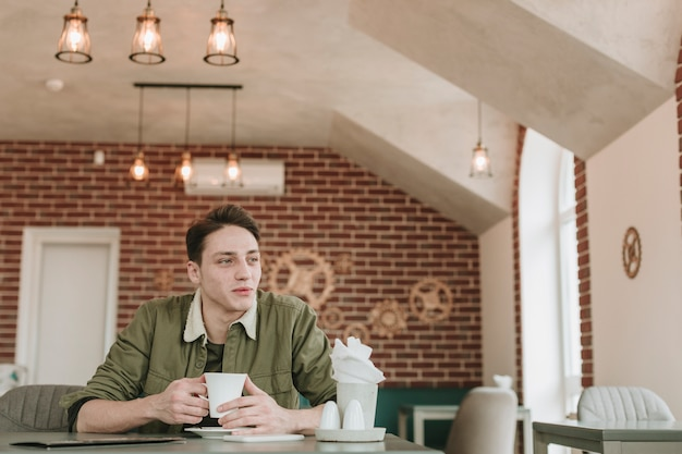 Menino, comendo café, em, um, restaurante