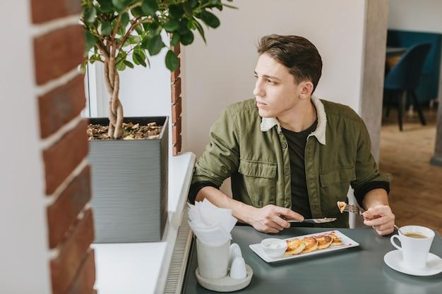 Menino, comer, em, um, restaurante