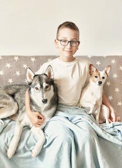 Menino criança com cão husky e jack russell