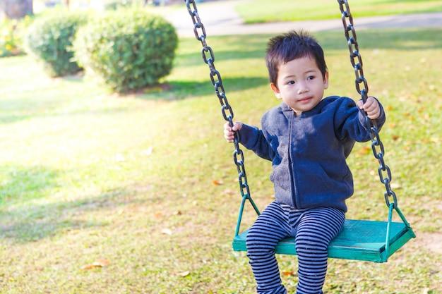 Menino criança em um balanço