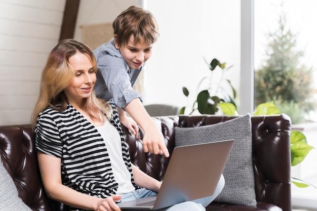 Menino curioso sobre o trabalho das mães