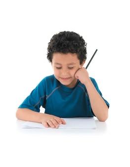 Menino da escola fazendo o dever de casa
