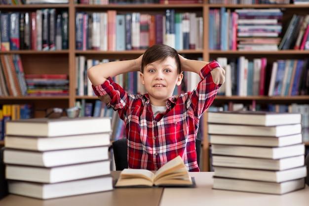 Menino de ângulo baixo na biblioteca