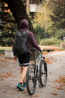 Menino de aptidão com bicicleta no parque
