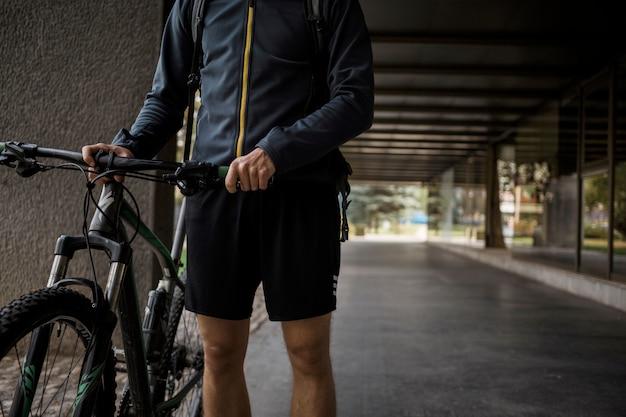 Menino de aptidão com bicicleta