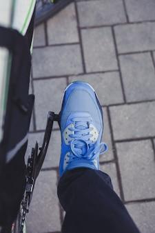 Menino de bicicleta na cidade