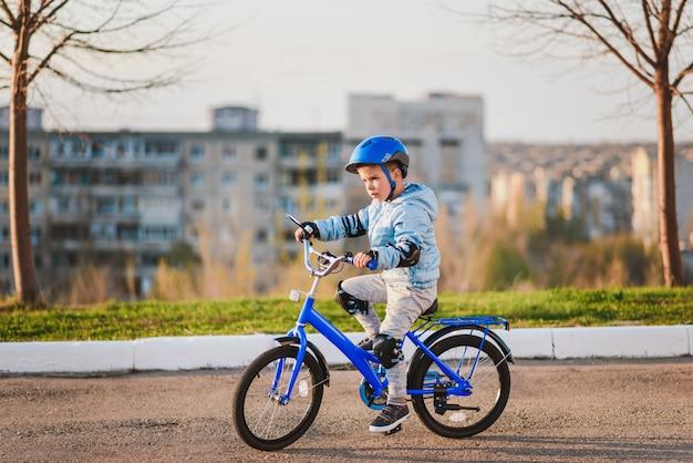 Menino de capacete andando de bicicleta em um dia ensolarado