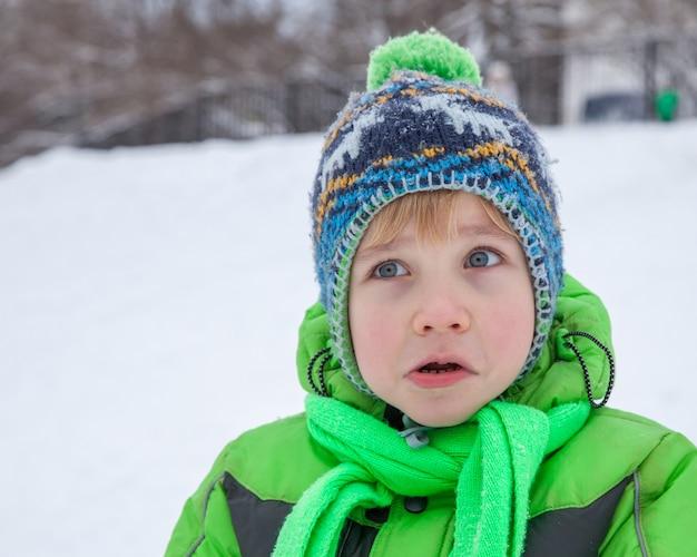 Menino de cinco anos chocado surpreso inverno ao ar livre