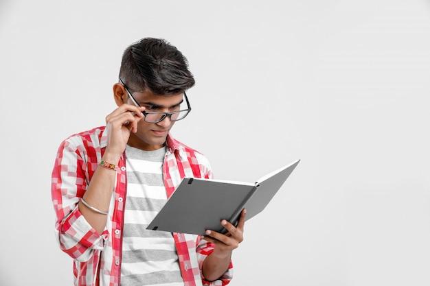 Menino de colagem indiano em estudo