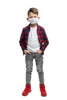 Menino de colégio com uma máscara médica em jeans cinza e uma camisa xadrez vermelha