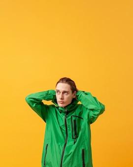 Menino de cópia-espaço com jaqueta verde