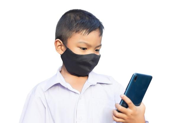 Menino de criança asiática usando máscara de tecido preto no rosto para prevenir a doença de covid-19 e o vírus corona.