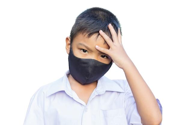 Menino de criança asiática usando máscara de tecido.
