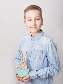 Menino de criança com coelhinho da páscoa. rapaz com coelho. coelhinho da páscoa ..