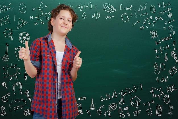Menino de escola alegre pensativo, volta ao conceito de escola
