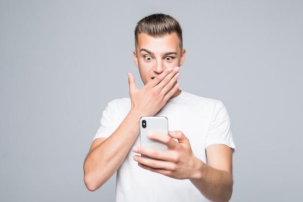 Menino de estudante brincando com seu celular isolado no branco