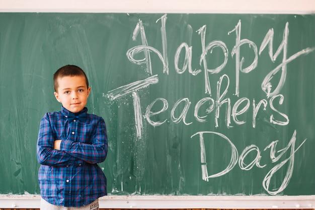 Menino de estudante parabenizando professores com dia profissional