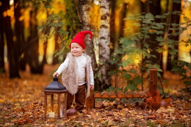 Menino de gnomo feliz floresta fada brincando e andando na floresta