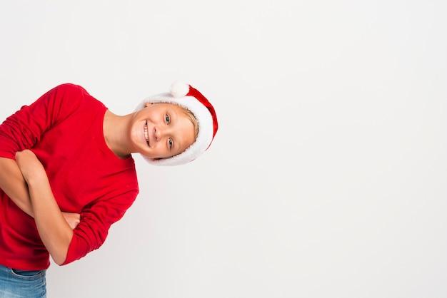 Menino de natal usando espaço de cópia de chapéu