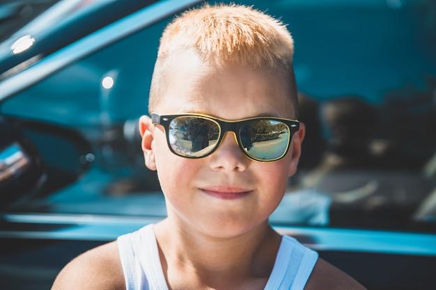 Menino de óculos escuros. retrato de close-up