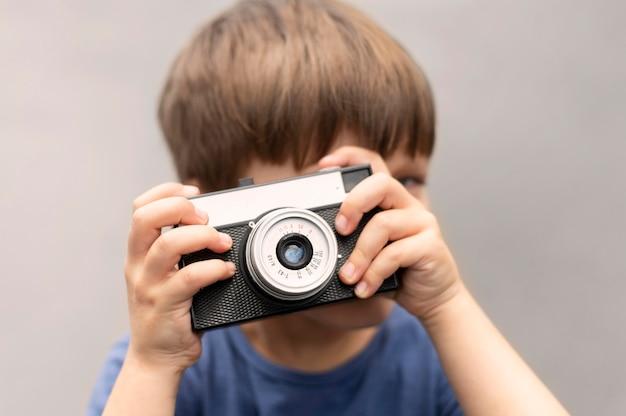 Menino de retrato com câmera