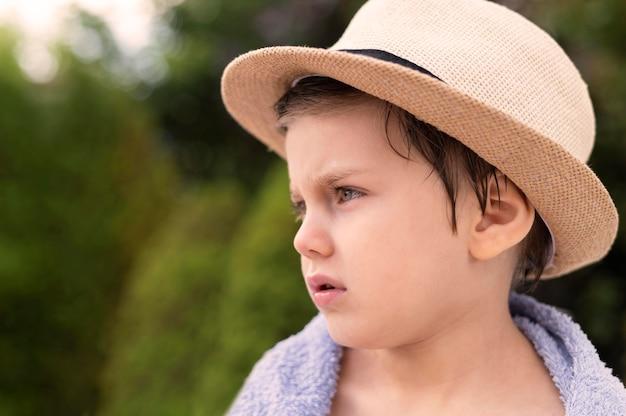 Menino de retrato com chapéu
