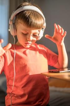 Menino de retrato com fones de ouvido