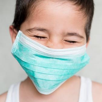 Menino de retrato com máscara médica