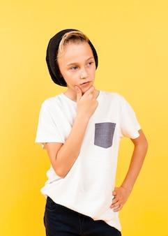 Menino de retrato com pose de pensamento de chapéu