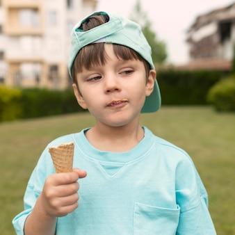 Menino de retrato tomando sorvete