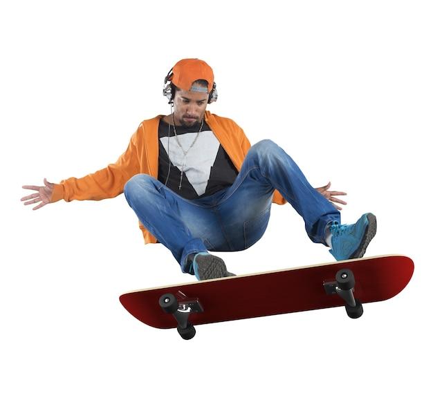 Menino de rua fazendo acrobacias com seu skate