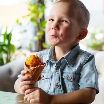 Menino de tiro médio segurando sorvete