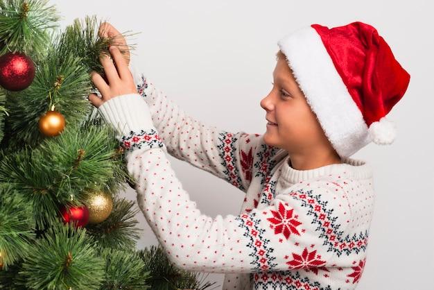 Menino, decorando, árvore natal